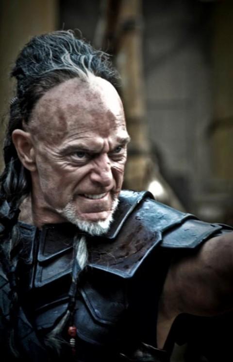 Khalar Zym interpretado por Stephen Lang