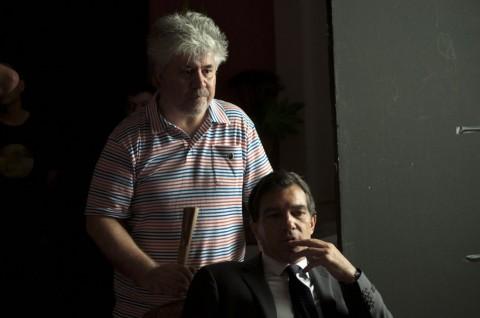 """Pedro Almodovar dirigiendo a Antonio Banderas en """"La Piel Que Habito"""""""