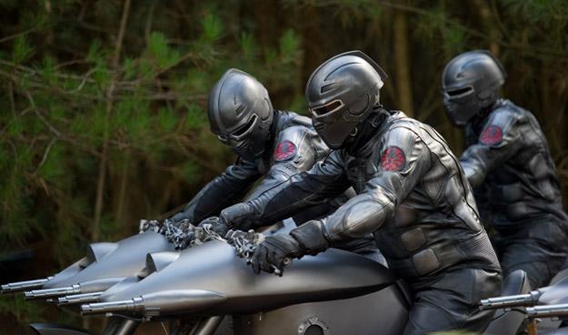 En esas motos y con esos trajes... parecen power rangers