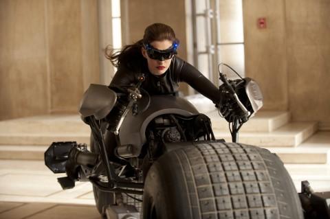Catwoman robandose la moto de Batman que alguien llame a la policia!!!
