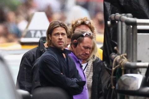 Brad Pitt trando de.... hacer algo raro