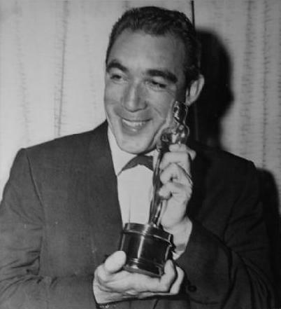 Mostrando su primer Oscar