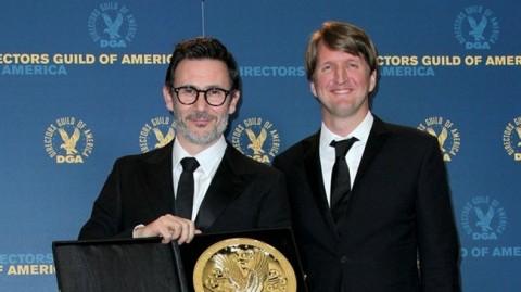El ganador Michel Hazanavicius con Tom Hooper dir, de El Discurso del Rey