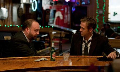 Paul Giamatti y Ryan gosling tomando solo una cerveza???