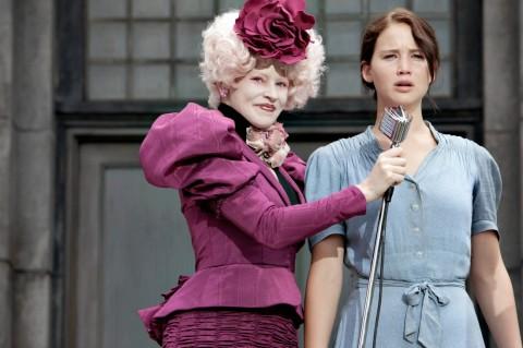 Effie Trinket (Elizabeth Banks) y Katniss Everdeen (Jennifer Lawrence) en THE HUNGER GAMES.