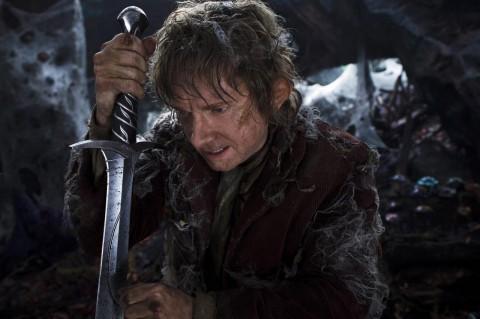 Bilbo librandose de las telarañas con su poderosa espada