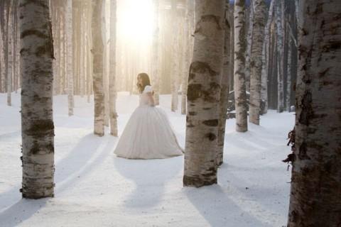 Lily Collins camina sola por el set de Espejito espejito