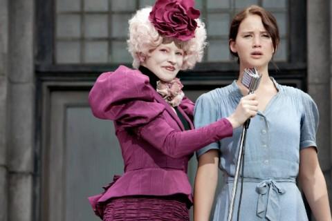Effie es la encargada del sorteo de tributos en el distrito 12