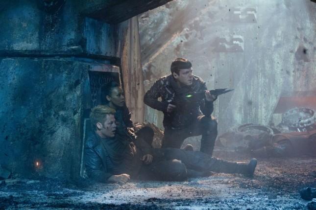 kirk uhura spock star trek en la oscuridad