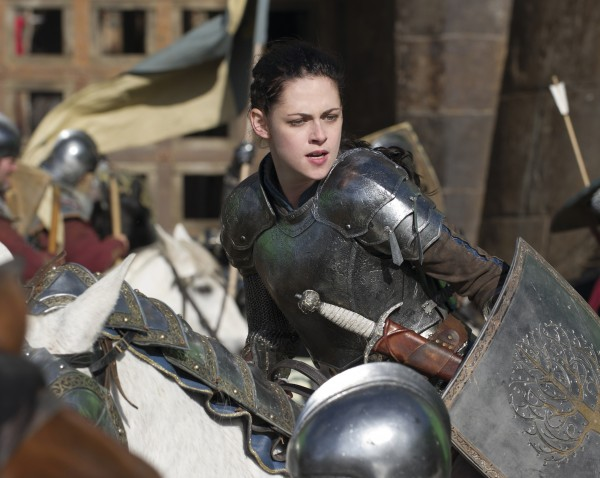 snow-white-huntsman-movie-image-kristen-stewart-1-600x478