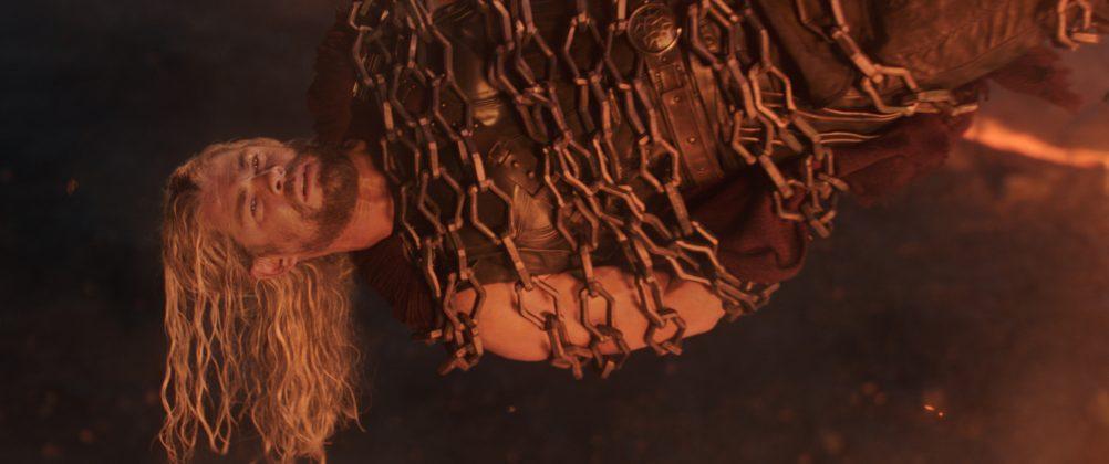 thor ragnarok images chris hemsworth chains 1002x420 - Galería de Imágenes de Thor: Ragnarok