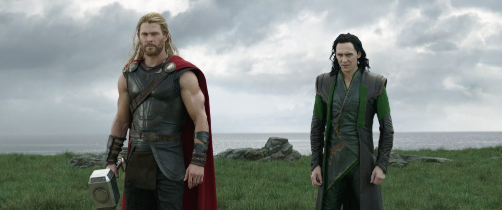 thor ragnarok images chris hemsworth tom hiddleston 1003x420 - Galería de Imágenes de Thor: Ragnarok
