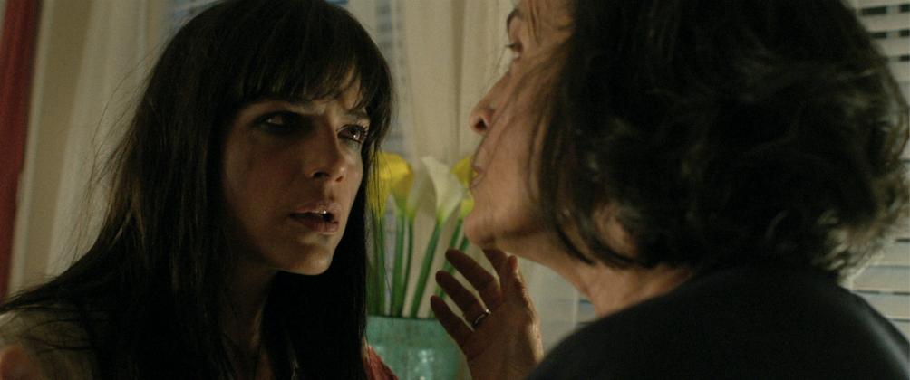 mom and dad movie image selma blair 1004x420 - Regresa el Nicolas Cage Loco en el Trailer de Mom and Dad
