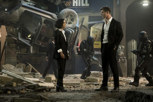 men in black international tessa thompson chris hemsworth 630x420 - Galería de imágenes de Hombres de Negro: Internacional