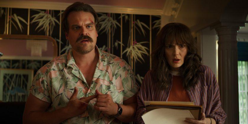 stranger things 3 david harbour winona ryder 840x420 - Primer teaser trailer de Stranger Things 3