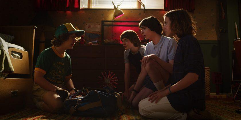 stranger things season 3 cast 840x420 - Primer teaser trailer de Stranger Things 3